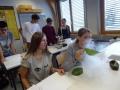 Pri kemijskem eksperimentu s tekočim dušikom so dijaki v trenutku zamrznili nekja predmetov_Copyright Bernarda Božnar